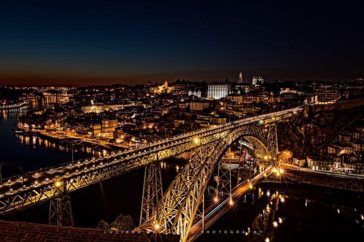 Porto at Night - Ponte Dom Luís I no primeiro plano e luzes de Porto de noite.