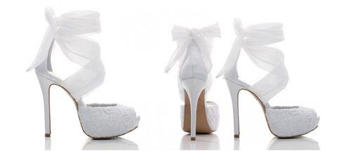 """Os sapatos deixaram de ser meros coadjuvantes no look da noiva e ganharam destaque nas coleções 2012-13. E claro que a dúvida dos sapatos de noiva faz parte dos dilemas das noivinhas!    Tudo começou com a tendência do feitiche no inverno passado (que sempre se apoia em saltos poderosos) e na coleção de sapatos cobertos de glitter da Miu Miu. Logo, O mestre dos saltos, Christian Louboutin, apostou no mesmo """"exagero"""", seguido de marcas nacionais."""