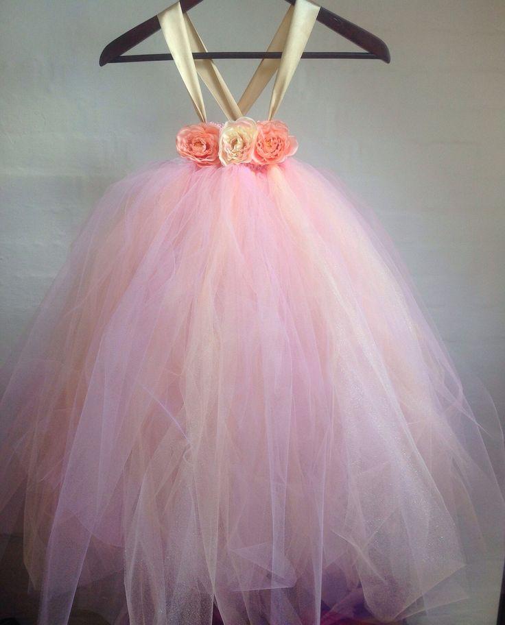 Special designet håndlavet tylkjole i fersken og lyserød til børn made by MargretheDesigns. Ideel til brudepigekjole til et forårs/sommer bryllup.