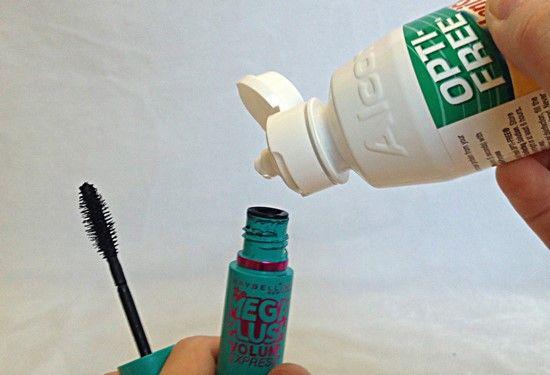 Rendre plus liquide un mascara sec avec quelques gouttes de liquide pour les lentilles ou du sérum physiologique.