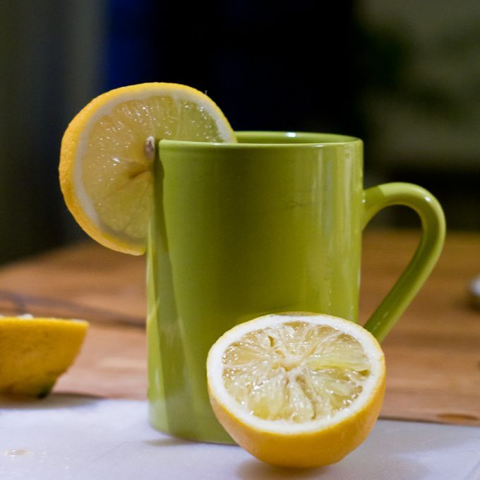 Une tasse avec de l'eau bouillante http://www.comment-economiser.fr/recette-maux-hiver.html