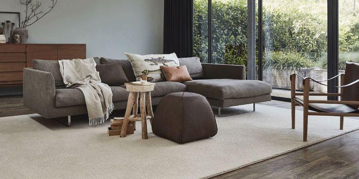 Het gebruik van een vloerkleed in een interieur heeft meerdere voordelen. Het verbetert de akoestiek in huis, geeft een strakke vloer een warme uitstraling, is lekker zacht aan de voeten en het is een echte toevoeging aan een interieur. Op deze punten kunt u letten bij de aanschaf van een vloerkleed.
