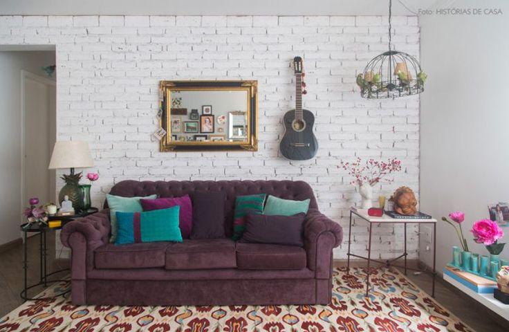 decoracao-parede-tijolinho-branco-sofa-roxo