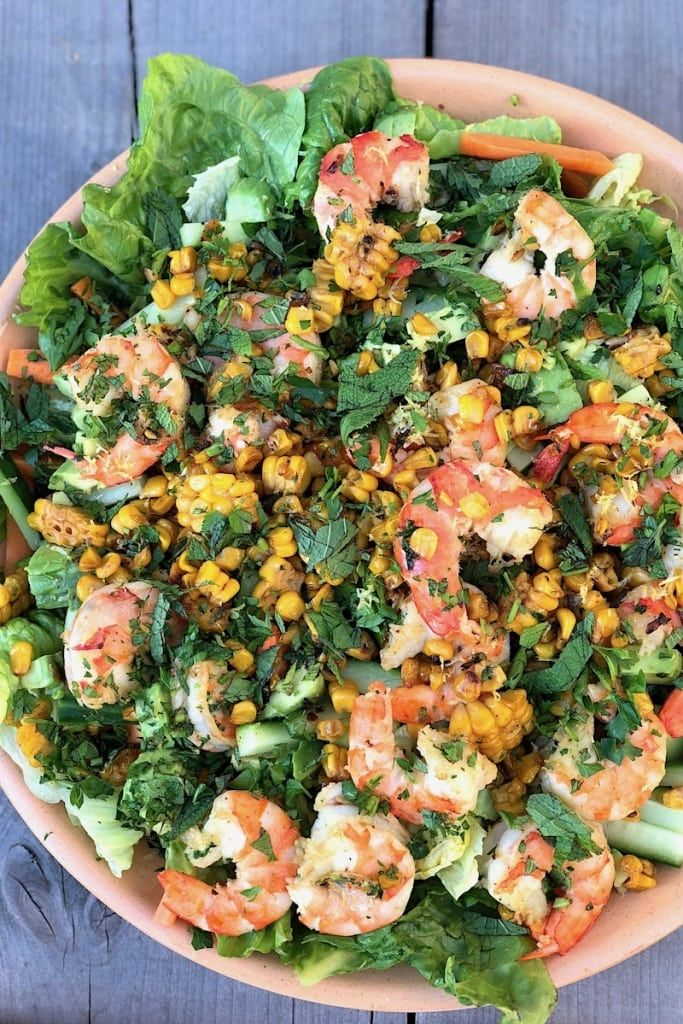 Salade met grote garnalen en geroosterde mais
