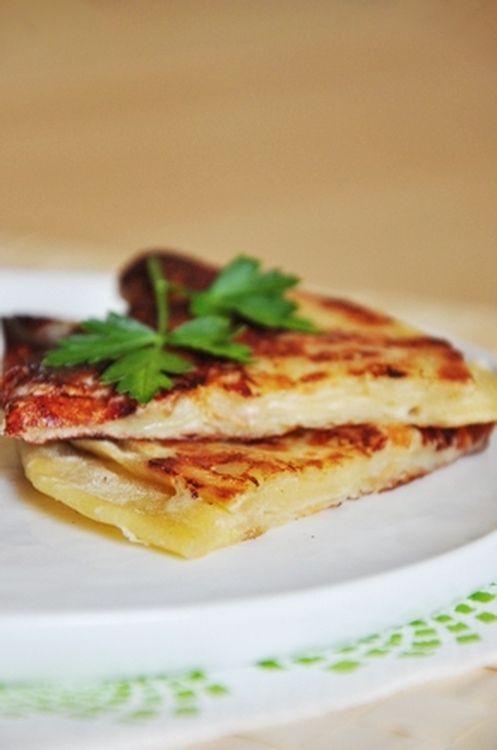 Khachapuri: Le khachapuri est une galette de pain plat, garnie de fromages et cuite à la poêle. Pour cette recette, on garnit le pain de mozzarella, de feta, de ricotta et d'un yaourt nature.