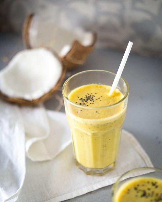 Batido de cúrcuma Ingredientes: - 1 taza de leche de coco - ½ ó 1 taza de leche de almendras - 1 plátano - 2 cucharaditas de cúrcuma - 1 cucharadita de mantequilla de almendra - 2 cucharadas de #chía - ¼ de extracto de vainilla - Una pizca de canela - Sal del Himalaya - Pimienta