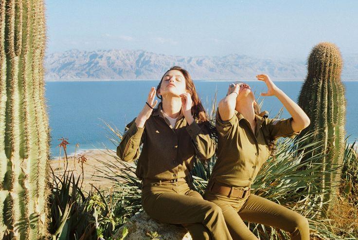 Intieme kiekjes van het dagelijks leven van vrouwelijke Israëlische soldaten | VICE | Netherlands