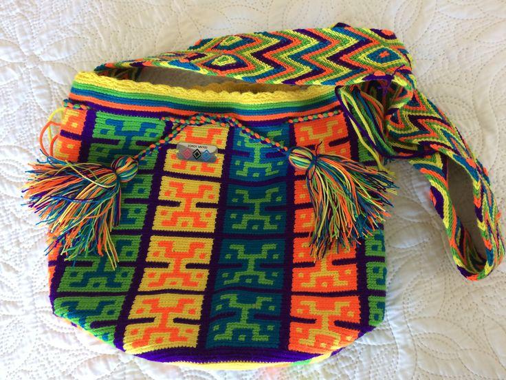 Los wayuu son fuertes defensores de sus valores morales, espirituales y éticos. Estos son transmitidos de generación en generación por sus ancianos. El tejido wayuu es una forma de manifestación cultural de esta etnia indígena que se caracteriza por su colorido.Conoce más de las artesanías wayuu de la guajira y sus hermosas mochilas.  $60000 envíos