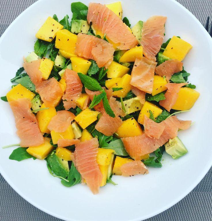 115 vind-ik-leuks, 5 reacties - Nooit Meer Diëten (@sandrabekkari) op Instagram: '1 van mijn favoriete snelle salades #rucola #biozalm #avocado #mango #munt #limoen #olijfolie…'