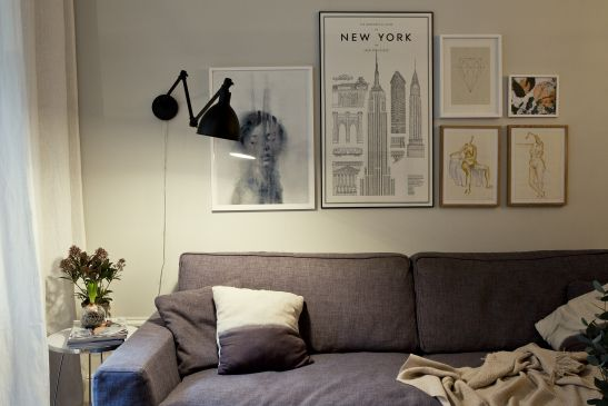 soffa konst lampa vardagsrum