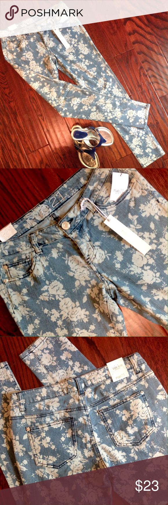 "Rue 21 Floral Print Skinny Jean Size 9 NWT NWT. Rue 21 blue and cream floral print skinny jeans.  Size 9/10.  Waist 30"", Inseam 31"".  Please ask all your questions before you purchase!  Sorry, no trades. Please, no lowball offers. Rue 21 Jeans Skinny"
