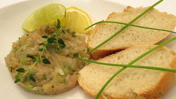 Rybí tataráček nemusíme dělat jen z lososa, ideální je třeba i lososový pstruh nebo pstruh či jiná chutná ryba – vždy ale čerstvá!