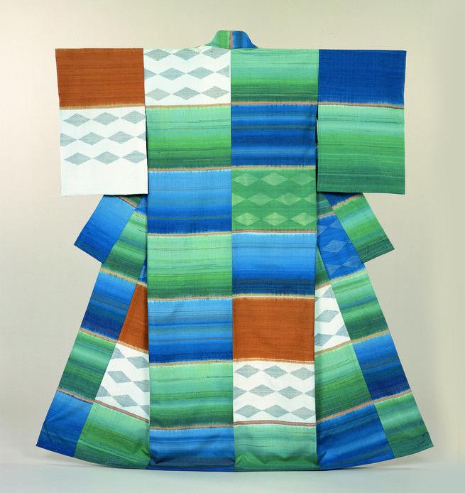 Aujourd'hui, âgée de près de 90 ans, Fukumi Shimura continue à exprimer dans ses créations sa fascination pour la nature et l'infinie variété de ses couleurs. La poésie, le Dit du Genji et d'autres chefs-d'oeuvre de la littérature sont aussi pour elle une source d'inspiration majeure. La place essentielle qu'occupe la couleur dans l'esthétique japonaise est illustrée par l'expression « Quarante-huit nuances de brun, cent nuances de gris » en vogue à l'époque Edo (1603-1868).