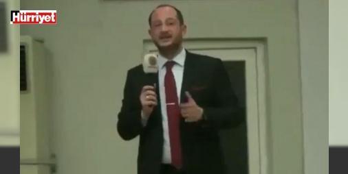 """Son dakika: İç savaş çıkar dedi AK Parti istifasını istedi: AK Parti Manisa İl Başkan Yardımcısı Ozan Erdem'in anayasa değişikliği referandumuyla ilgili, """"Eğer yüzde 50'yi geçemezsek iç savaşa hazır olun"""" sözleri büyük tartışma yaratırken, AK Parti yönetimi de sert tepki gösterdiği Erdem'in istifasını istedi."""