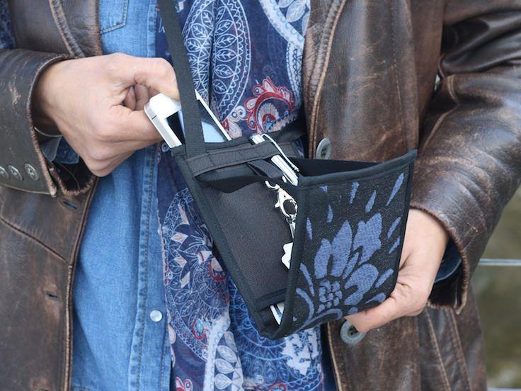 tisac-pochette-pratique-chic-velours-bleu-astute-chic-cross-body-bag-velvet-blue.jpg