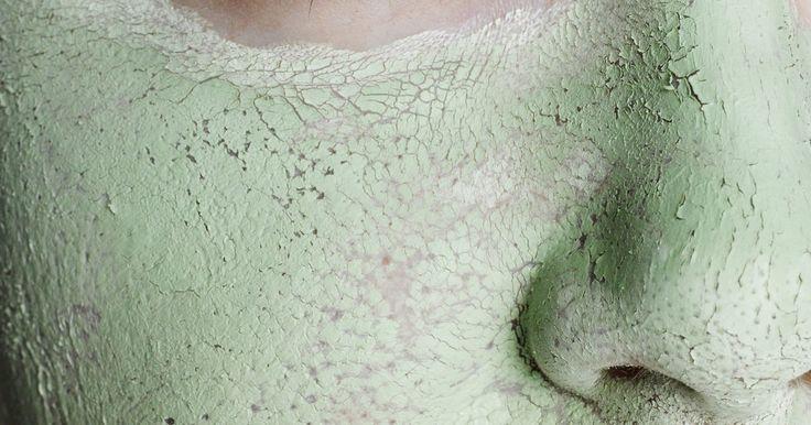 Dicas para clarear a pele. Com o passar dos anos, nossa pele escurece. Isso acontece geralmente como um resultado da exposição ao sol; os dias na praia ou passeando fazem com que sardas e manchas apareçam. Essas descolorações podem ser difíceis de cobrir com maquiagem, por isso, muitas pessoas desejam clarear a pele. Embora isso não possa ser feito em apenas dois dias, é ...