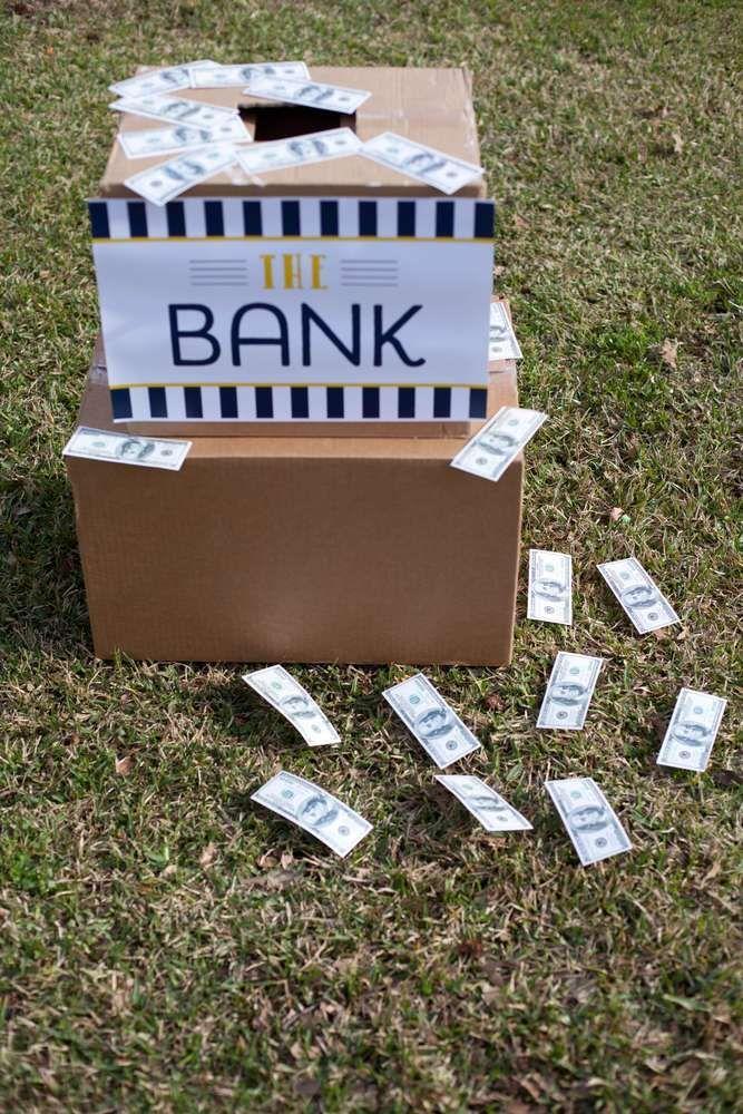 Deze bank is overvallen. Tijd voor de politie om in actie te komen.