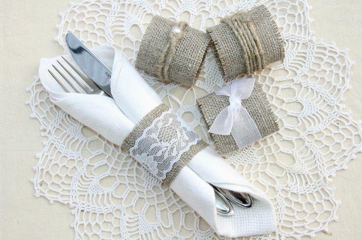 #HLo Tips: Las servilletas de tela o papel ofrecen docenas de posibilidades para doblarse. ¡Son incluso más decorativas cuando se combinan con anillos para servilletas! Doblar una servilleta para un anillo puede ser tan simple o tan complejo como quieras que sea, ¡así que siéntete libre de descontrolarte con tus creaciones!