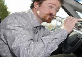 20-Dec-2013 19:17 - MAN WIL DRONKEN RIJEXAMEN DOEN. Een 53-jarige man uit New Jersey kwam onder invloed opdagen voor zijn rijexamen. Hij probeerde zijn dronkenschap voor de examinator te verbergen, maar die rook op een paar meter afstand al dat Stephen Gross te diep in het glaasje had gekeken.