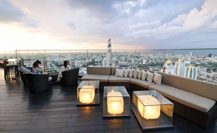 Eles estão em coberturas ou andares altos de arranha-céus e são lugares únicos para tomar um café ou um drinque, de dia e de noite.