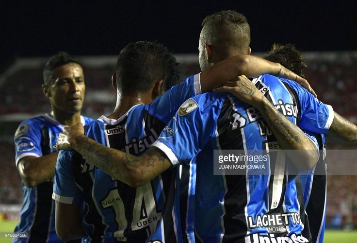 Brazil's Gremio forward Luan (R) celebrates with teammates after scoring a goal against Argentina's Independiente during their Recopa Sudamericana 2018 first leg final football match at Libertadores de America stadium in Avellaneda, Buenos Aires on February 14, 2018. / AFP PHOTO / Juan MABROMATA