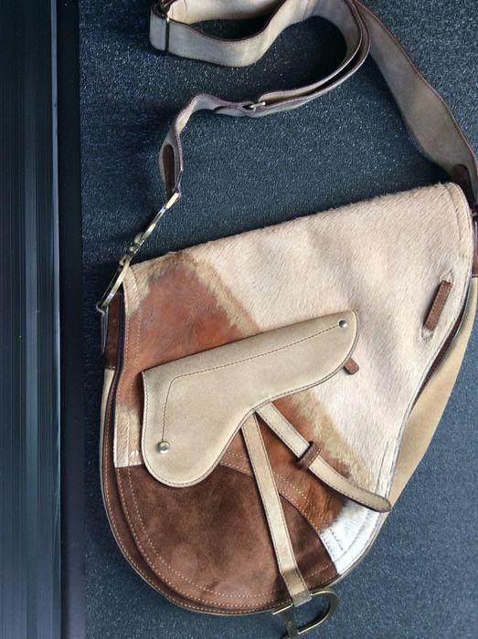"""Christian Dior-Suede Pony Hair zadeltas -  geen minimale prijs   Het legendarische Dior zadel in de versie van de zeer zeldzame grote zadel.In goede staat: het enige minpunt is een beetje van het ontbreken van haren op de bovenkant op de flap sluiting. Een perfecte tas voor matching met """"land"""" laarzen.Afmetingen: 30 x 32 x 8 cm (ca.)Verzonden via de Italiaanse Post  EUR 3.00  Meer informatie"""