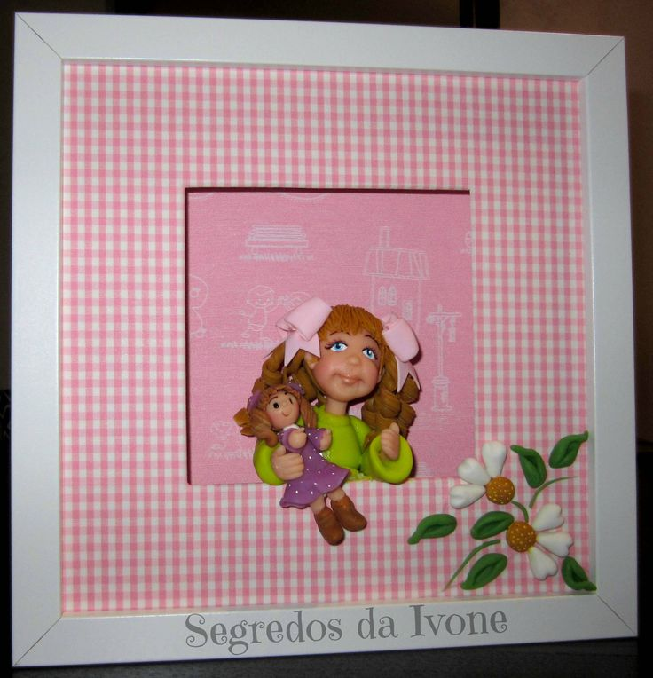 BI67- Moldura com menina e boneca à janela