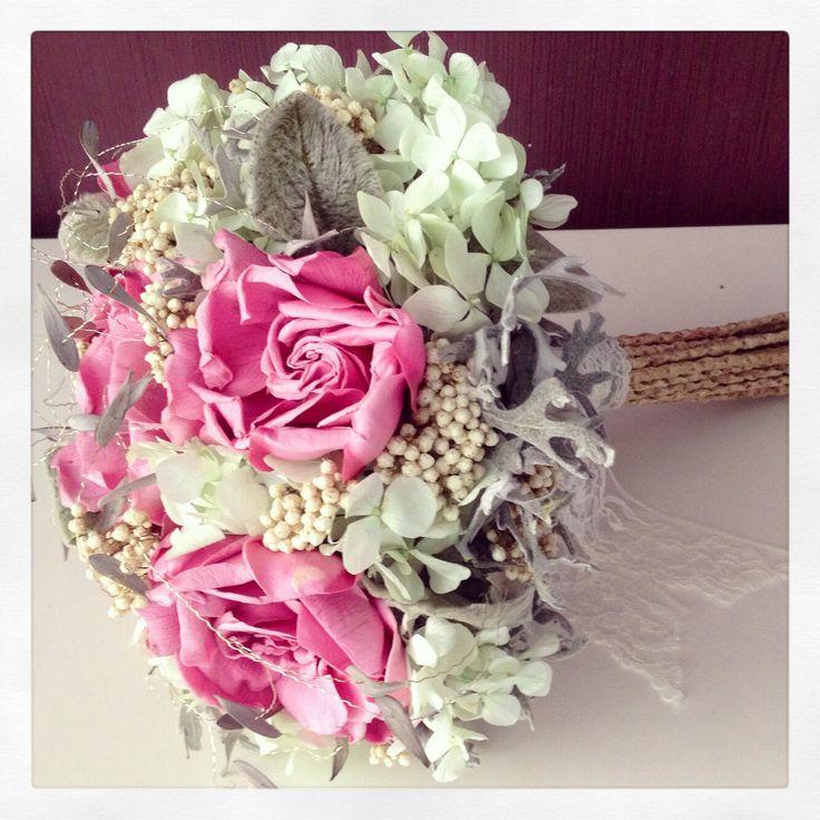 Gardenias, hortensia y colores pasteles para este ramo aire vintage y romántico.