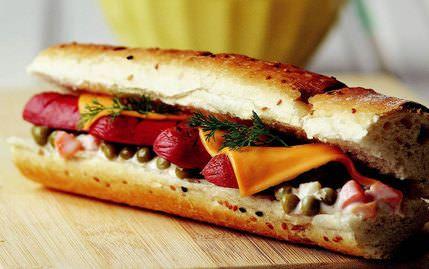 Sosisli Ve peynirli Sandviç