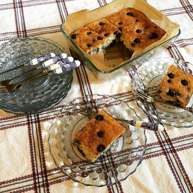 Coconut flour blueberry protein cake 2 scoops of unflavored protein powder were added  in the cake  プロテインパウダー入りブルーベリーケーキをココナッツ粉と生おからと合わせて焼いたバターを使わない典型的な軽くてしっとりのアメリカンブルーベリーマフィンに限りなく近づけて  シナモンシュガー(ステビア代用だけど)たっぷり  週明けからおやつ焼く時間なくて長時間の外出用には仕方なく冷凍ストックのローカーボパン使ったけどやっぱりグルテンフリー物の方が安心出来る体調すこぶる良し(万年だけど) #lowcarb #lowcarblife #lowcarbdessert #lowcarbcake #glutenfree #glutenfreecske #cake #baking #coconutflour #ローカーボ #低糖質 #低糖質おやつ#ココナッツ粉 #生おから #おからケーキ #手作りおやつ by namitaro615