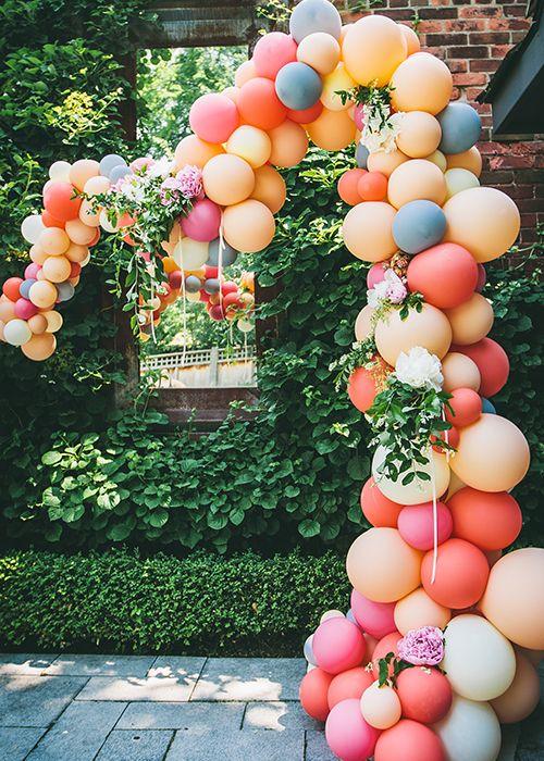 Cascade de ballons colorés.