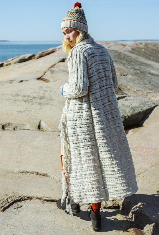 Naisen poikittain neulottu takki