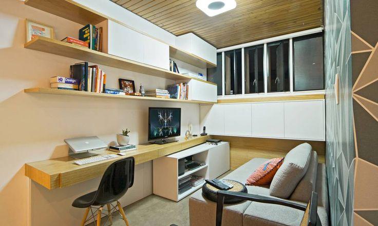O escritório é funcional e acolhedor. Prateleiras e bancada favorecem a organização, tudo com beleza e bom gosto Divulgação