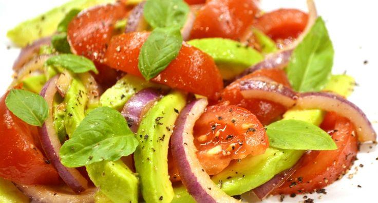 Przepis na sałatkę z awokado: Oprócz guacamole, awokado można wykorzystać także w inny sposób. Jedną z najprostszych i jednocześnie najpyszniejszych form jest pomidorowa sałatka z awokado, która pozwoli przemycić trochę lata w chłodne jesienne dni! :)