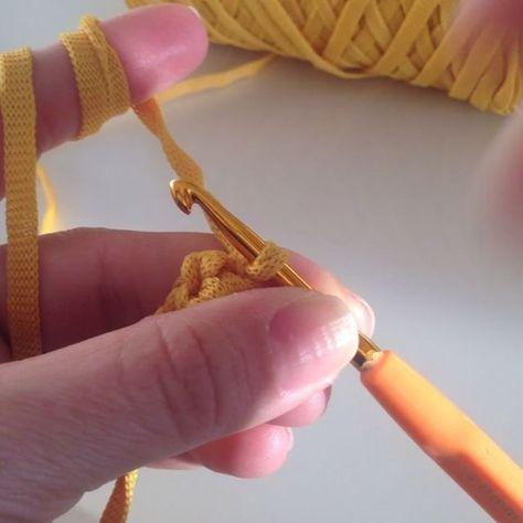 Çanta askısı , kordon yapımı 5 zincir çekerek başlıyoruz. Birleştirip 4 zinciri döne döne sıkiğne örüyoruz. 4 taraflı bir kordon elde edeceğiz.  Ribbon ip 4 numara tığ Herkese kolay gelsin  #handmade#elyapimi#elisi#elemegi#tigisi#orgucanta#crochet#crochetbag#crochetlove#bag#canta#çanta#severekoruyoruz#orgumuseviyorum#beraberorelim#beraberoruyoruz#birlikteoruyoruz#birlikteorelim#instavideo#instalove#instagood#instacrochet