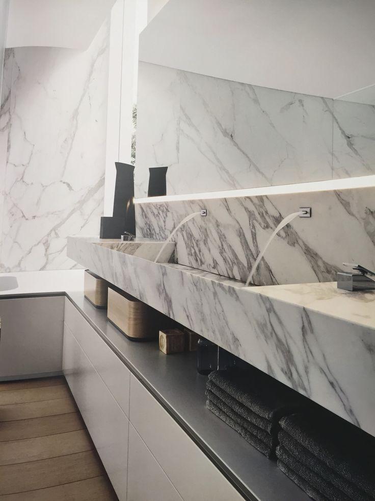 """Ispirata alle sorgenti più pure, questa composizione ruota attorno al top in marmo arabescato con lavabo integrato e alla """"naturale"""" fuoriuscita dell'acqua dalla parete!!"""