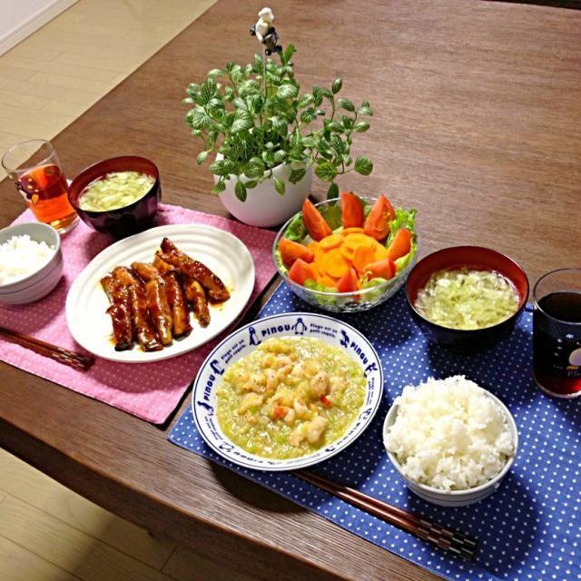茄子の肉巻はパン粉を付けてフライにしようかと思ったけど、今回はコチュジャンで炒めてみたよ。茄子に火が通るよう蒸し焼きにするのがポイント! (^_-)b - 19件のもぐもぐ - 海老のネギ塩炒め、茄子の肉巻コチュジャン炒め、人参サラダ、キャベツの中華スープ、ご飯 by pentarou