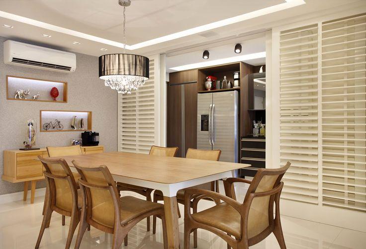 Cozinha escondida em armário com portas de correr articuladas - linda, compacta e funcional! Veja muito mais fotos, dicas e informações técnicas dessa cozinha em Decor Salteado! É só clicar na imagem! ; - )