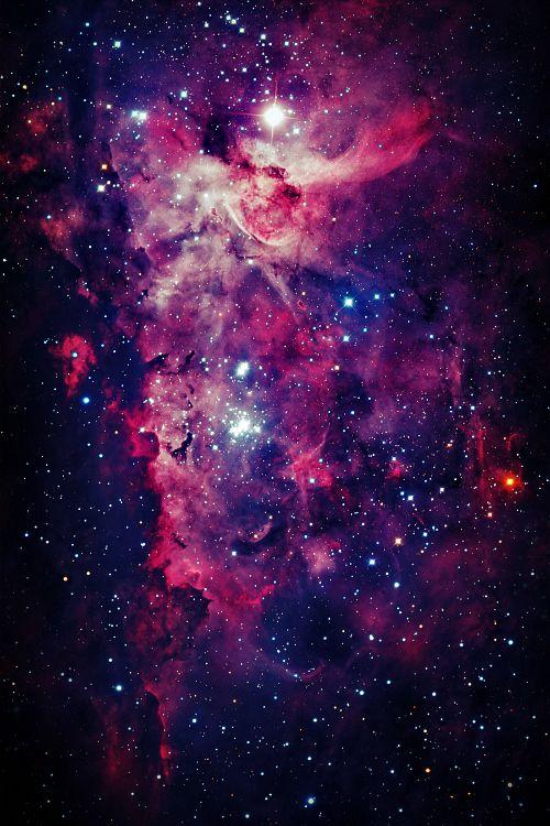 Uma joia do céu do hemisfério sul da Terra, a Grande Nebulosa da Carina, também conhecida como NGC 3372, se espalha por mais de 300 anos-luz, e é uma das maiores regiões de formação de estrelas da nossa galáxia. Como a menor e mais ao norte Grande Nebulosa de Orion, a Nebulosa da Carina é facilmente visível a olho nu, apesar de estar a uma distância de 7500 anos-luz da Terra, cinco vezes mais distante do que a Nebulosa de Orion.
