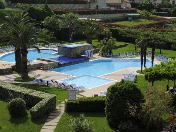 Vakantietip voor een Italiaanse zomer aan de Bloemenrivièra: kleinschalig en kindvriendelijk vakantiepark met mooi zwembad, ruime tuin én op loopafstand van het strand. Nu met vroegboekkorting! http://bit.ly/2fSB2hU
