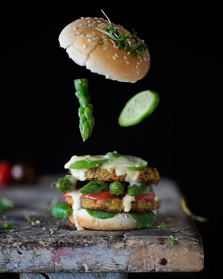 Vegetarian Lemon Asparagus Burger Vegetarischer Zitronen-Spargel-Burger  Der Frühling ist da und damit auch frische, leckere Zutaten, die nur darauf warten verarbeitet zu werden. Und da jede Jahreszeit ihren Burger hat, gibt es bei mir im Frühling einen leichten vegetarischen Linsenburger mit Spargel und Zitrone. Natürlich darf eine leichte Sauce Hollandaise nicht fehlen. Du hast Lust bekommen? Du bekommst nicht nur das Rezept für diesen leckeren Burger, sondern noch die Chance ein THOMY…