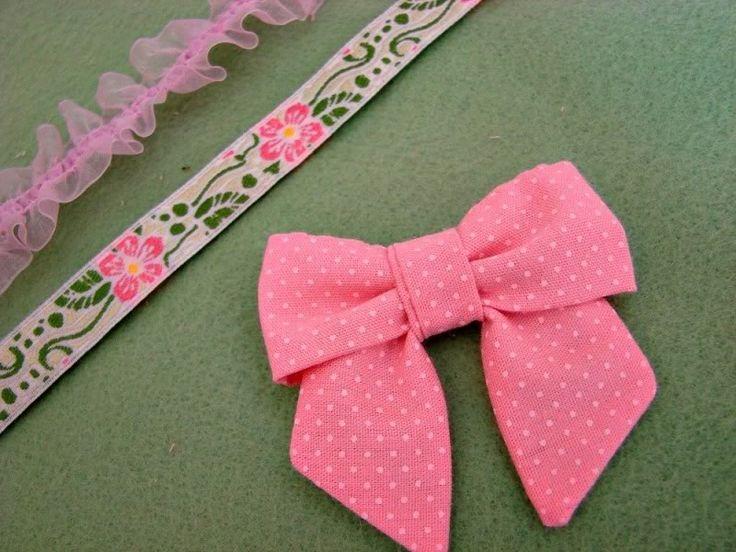 Olha só que fácil é fazer um laço em tecido seguindo esse passo a passo com fotos em português. As fotos vieram do (ótimo) blog Amoreira Acessórios. Visite-o para conferir mais PAPS.  Um beijo!…