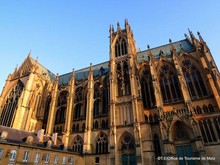 Cathédrale côté place_TE (3) Edifiée de 1220 à 1522, elle est le fruit de la réunion de deux églises distinctes. Haute de 42 mètres, elle est l'un des plus grands édifices gothiques d'Europe. Ses 6500 m² de vitraux lui ont valu le surnom de « lanterne du bon Dieu ». Réalisés du 13ème au 20ème siècle ces chefs-d'œuvre de feu et de lumière constituent une véritable encyclopédie de l'art du verre. Visites guidées par l'Office de Tourisme de Metz et l'Oeuvre de la Cathédrale