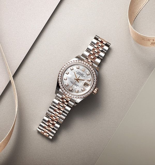 The refined dial of this Rolex Lady-Datejust 28 Rolesor is made out of white mother-of-pearl, with diamond indices in 18ct gold settings, while the bezel in 18ct Everose gold is entirely set with diamonds.