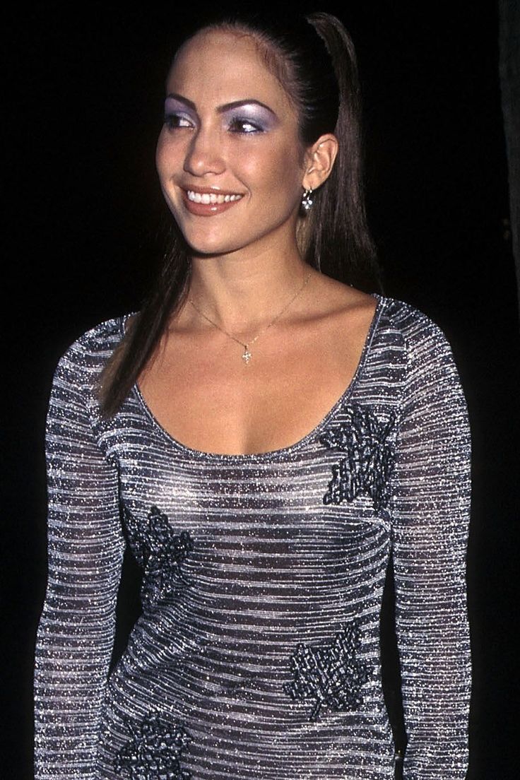 The 36 Hottest Makeup Trends From the Year You Were Born Until Today 90s Makeup Look, 2000s Makeup, Retro Makeup, Makeup Looks, Jennifer Lopez, Metallic Makeup, Blonde Hair Makeup, 90s Outfit, Grunge Hair