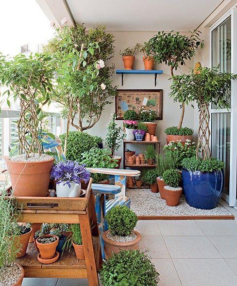 Para delimitar o espaço com plantas, a paisagista Claudia optou por pedriscos. A área foi cercada por uma ripa de madeira colada no piso. A solução é mais barata que o uso de deque de madeira