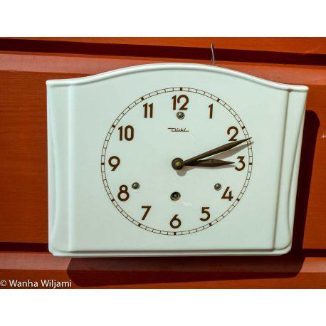 Seinäkello 1950-luvulta. Valmistaja saksalainen Diehl. Kello on toimiva.