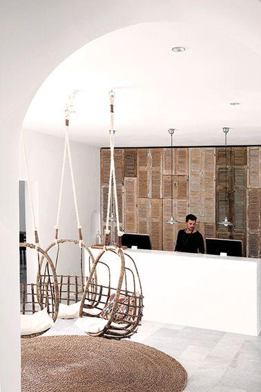 Hotel San Giorgio: En lo alto de una colina, entre dos playas paradisíacas, está este hotel que se diseñó a partir de un concepto sencillo: que parezca la casa de veraneo de un amigo cool. Así, dentro de la típica construcción blanca de paredes redondeadas que domina la isla de Mykonos, el San Giorgio esconde una atmósfera única.
