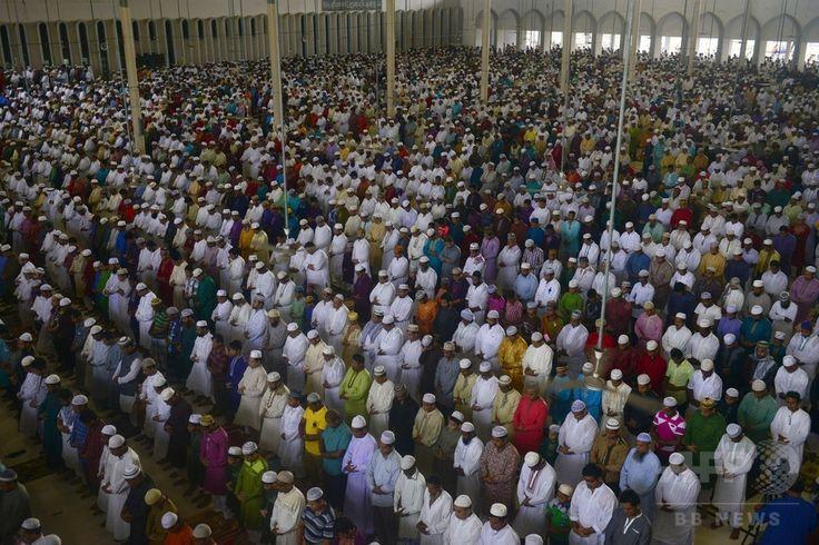 バングラデシュの首都ダッカ(Dhaka)にあるモスク「バイタル・ムカラム(Baitul Mukarram)」で、イスラム教の断食月「ラマダン(Ramadan)」の終わりを祝う祭り「イード・アル・フィトル(Eid al-Fitr)」の礼拝に臨む人々(2014年7月29日撮影)。(c)AFP/Munir uz ZAMAN ▼30Jul2014AFP|断食月ラマダン終了、世界各地で「イード・アル・フィトル」 http://www.afpbb.com/articles/-/3021766 #Dhaka