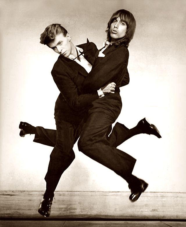 Дэвид Боуи и Игги Поп пародируют классический снимок Филиппа Халсмана.